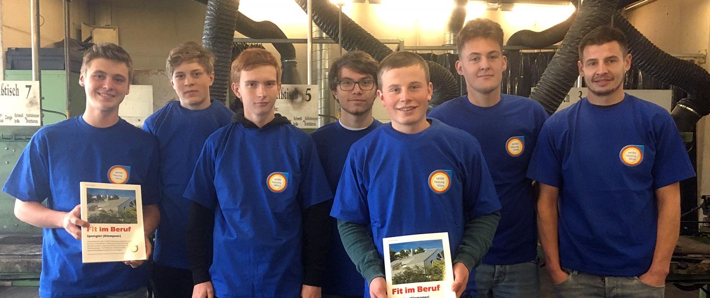 Übergabe T-Shirt und Arbeitsbuch am 28.11.2019 in der Berufsschule Miesbach